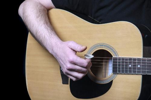 zo gebruik je een gitaar plectrum